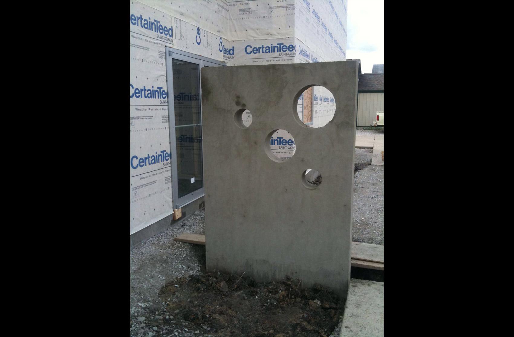 detalle hormigón con ventanas circulares de metal