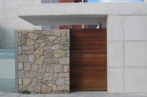 puerta de madera auditorio el espinar