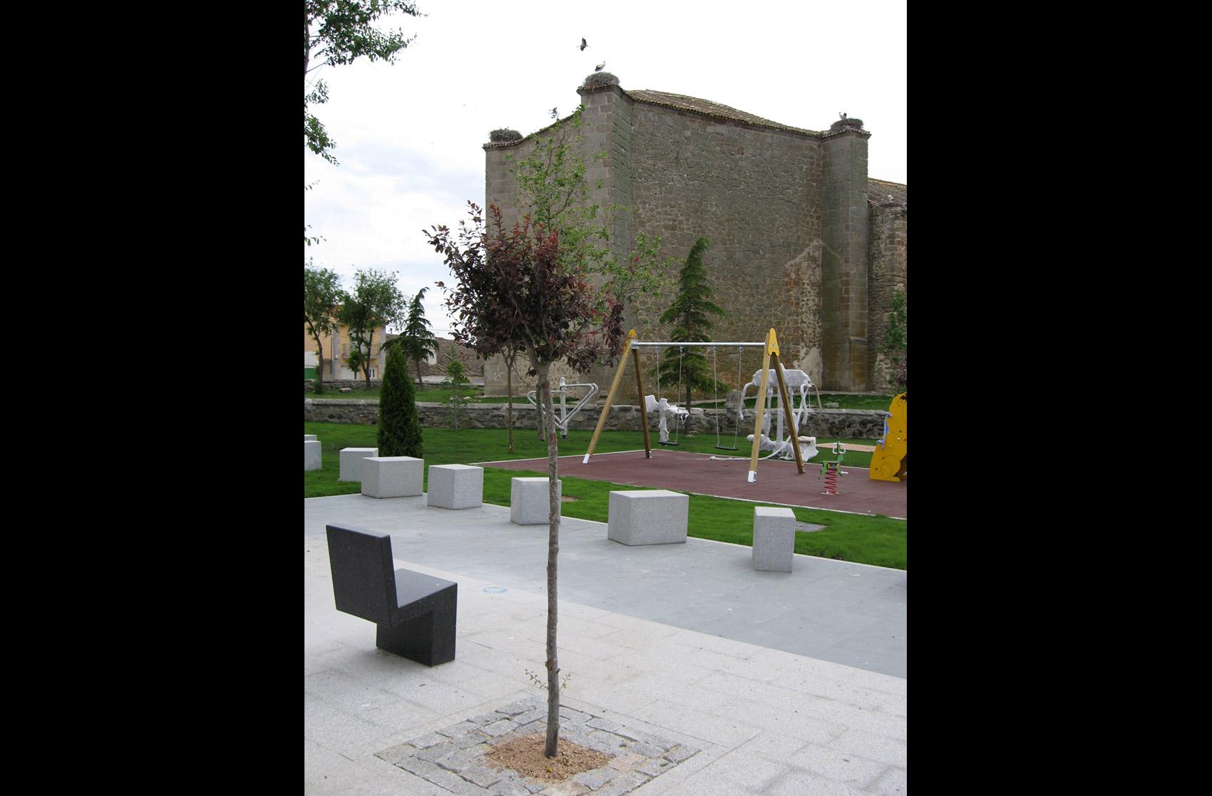 mobiliario urbano en el parque de Navas de San Antonio